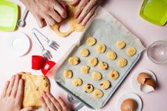 Mijn dochter en moeder koken eigengemaakte cakes met droge bessen royalty-vrije stock fotografie