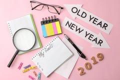 Mijn doelstellingen 2019 tekst in een notitieboekje met gekleurde stickers en een pen, glazen, meer magnifier op een heldere roze royalty-vrije stock foto