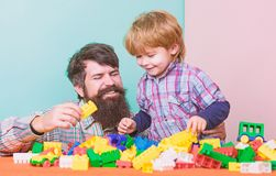 Mijn familie is mijn inspiratie Gelukkige familievrije tijd Liefde Kindontwikkeling de bouw met aannemer Vader en zoon stock foto
