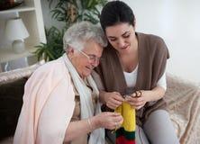 Mijn grootmoeder onderwees me hoe te breien royalty-vrije stock foto