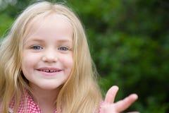 Mijn haar is uit krul Gelukkig weinig kind met aanbiddelijke glimlach Het kleine lange haar van de meisjesslijtage Meisje met blo stock foto's