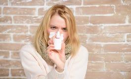 Mijn neus is omhoog gevuld Het lijden aan astma of allergisch Rhinitis Mooi meisje die met lopende neus neusdalingen houden zieke royalty-vrije stock foto's