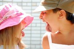 Mijn tong is langer! stock afbeelding