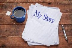 Mijn verhaal - stapel document bladen met thee royalty-vrije stock foto's