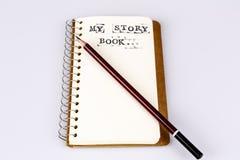 Mijn verhaalboek op het wit met bruin potlood Stock Afbeelding