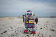 Mijn zoete tinstuk speelgoed robot op de rotsen Royalty-vrije Stock Afbeeldingen