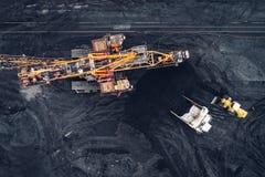 Mijnbouw bij een open kuil stock afbeelding