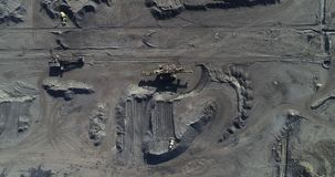 Mijnbouw bij een open kuil stock videobeelden