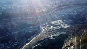 Mijnbouw bij een open kuil Hoogste mening van de steengroeve Bulldozers en vrachtwagens bij bouwterrein op hoogste satellietbeeld stock videobeelden