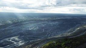 Mijnbouw bij een open kuil Hoogste mening van de steengroeve Bulldozers en vrachtwagens bij bouwterrein op hoogste satellietbeeld stock video
