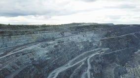 Mijnbouw bij een open kuil Hoogste mening van de steengroeve Bulldozers en vrachtwagens bij bouwterrein op hoogste satellietbeeld royalty-vrije stock foto's