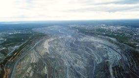 Mijnbouw bij een open kuil Hoogste mening van de steengroeve Bulldozers en vrachtwagens bij bouwterrein op hoogste satellietbeeld stock foto's
