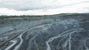 Mijnbouw bij een open kuil Hoogste mening van de steengroeve Bulldozers en vrachtwagens bij bouwterrein op hoogste satellietbeeld stock foto