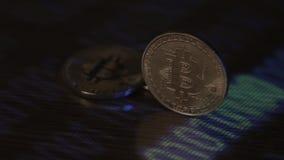Mijnbouw bitcoins BTC op het landbouwbedrijf Inkomens van digitale crypto munt op Internet stock videobeelden
