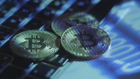 Mijnbouw bitcoins op het landbouwbedrijf Inkomens van digitale crypto munt op Internet stock video