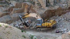 Mijnbouw in de granietsteengroeve Werkende mijnbouwmachine - oude graver stock video
