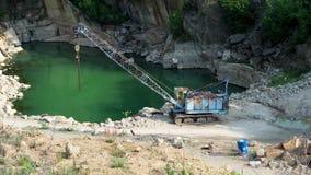 Mijnbouw in de granietsteengroeve Werkende mijnbouwmachine - oude kraan stock video