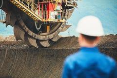 Mijnbouw in een open kuil stock foto's