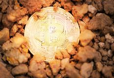 Mijnbouw Gouden Bitcoins op concept van de cryptocurrency bitcoin mijnbouw van de grondgrond het diepe virtuele royalty-vrije stock afbeeldingen