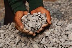 Mijnbouw: mijnwerker in de mensenhanden van steenkoolachtergrond Het beeldidee over mijnbouw of energiebron, milieu beschermt stock afbeeldingen