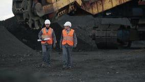 Mijnbouwarbeiders open kuil stock videobeelden