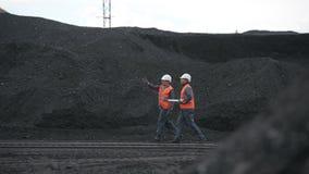 Mijnbouwarbeiders open kuil stock footage