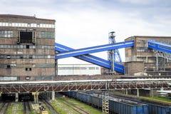 Mijnbouwinfrastructuur Schacht, transportbanden en gebouwen Royalty-vrije Stock Foto's