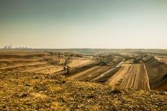 Mijnbouwlandschap met groot graafwerktuig vooraan dichtbij boxberg stock fotografie