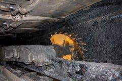 Mijnbouwmachine met roterende scherpe trommels stock afbeeldingen