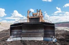 Mijnbouwmateriaal of Mijnbouwmachines, Bulldozer, wiellader, schoppen, lading van steenkool, erts op de stortplaatsvrachtwagen Stock Afbeeldingen