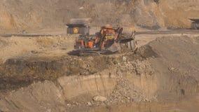Mijnbouwpanorama, open kuilmijn, mijnbouw, kipwagens, uithakkend mijnbouw, die van het werk ontdoen stock video