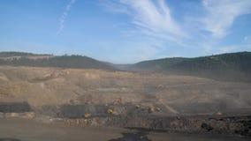 Mijnbouwpanorama, open kuilmijn, mijnbouw, kipwagens, uithakkend mijnbouw, die van het werk ontdoen stock footage