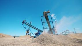 Mijnbouwplaats met machines die grint verwerken stock video