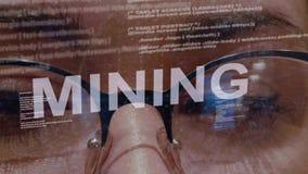 Mijnbouwtekst op vrouwelijke softwareontwikkelaar stock videobeelden