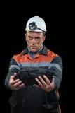 Mijnwerker die stuk van steenkool tonen royalty-vrije stock foto