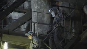 Mijnwerkers in een ademhalingsapparaat in ondergrondse kolenmijnen stock videobeelden