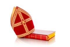 Mijter och bok av sinterklaas Royaltyfria Bilder