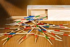 Mikado - bâtons et boîte en bois images libres de droits
