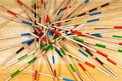 Mikado lek - träpinnar på tabellen Arkivbild