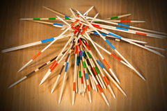 Mikado - palillos y caja de madera imagen de archivo libre de regalías