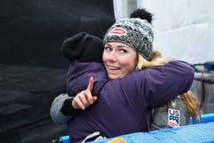 Mikaela Shiffrin que da un abrazo al amigo durante el eslalom gigante de Audi FIS el Ski World Cup Women alpino imagen de archivo libre de regalías