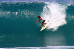 Mikala Jones surfant au Backdoor Image libre de droits