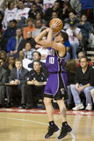 Mike Bibby dispara na esfera Imagem de Stock Royalty Free
