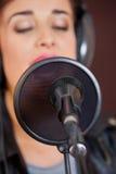 Mike I kondensator Z kobieta śpiewem W studiu zdjęcie stock