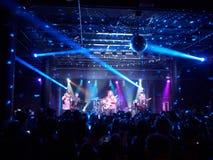 Mike Love Band joue la musique à l'intérieur Photos stock