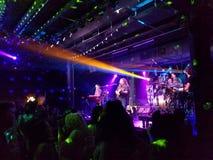 Mike Love Band spielt Musik zuhause Lizenzfreies Stockbild