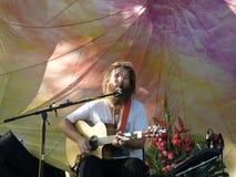Mike Love Jams sjunger och sitter fast på den 3rd årliga Kahumana lantgården Festi Arkivbilder
