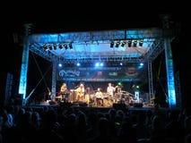 Mike Love Sings in i Mic som musikband sitter fast på etapp på reslusten Fes Royaltyfria Foton