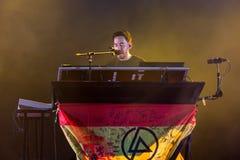 Mike Shinoda, piosenkarz Linkin Park muzyczny zespół, wykonuje w koncercie przy ściąganiem fotografia royalty free
