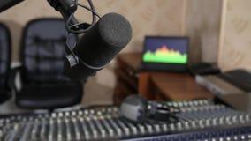 Mike und Mischer übertrugen solide Steuerung auf Hintergrund der Ausrüstung auf Radiostudionahaufnahme stock video footage